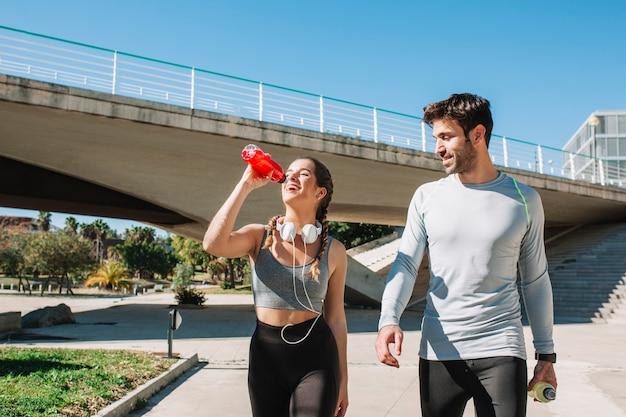Esportistas confiantes caminhando e curtindo o tempo