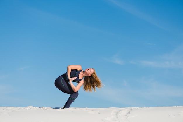 Esportiva feminina fazer asana e namaste no deserto