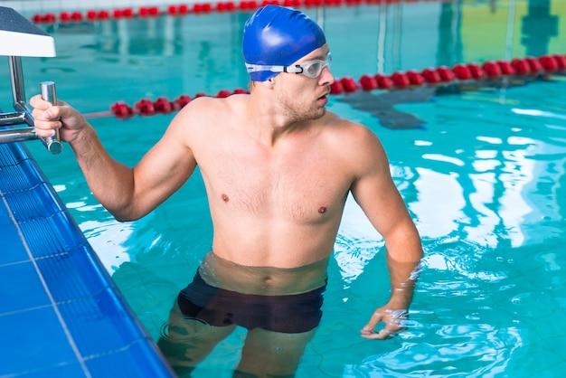 Esportiva homem se preparando para nadar