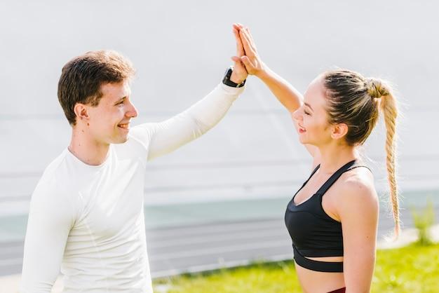 Esportivo casal cumprimentando uns aos outros
