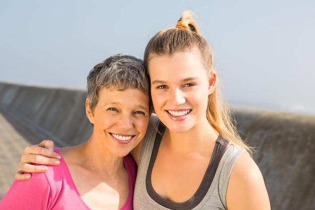 Esportivo mãe e filha sorrindo