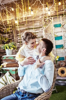 Esposa carinhosa e um marido feliz em uma casa de campo