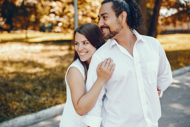 Esposa com o marido em um parque de verão