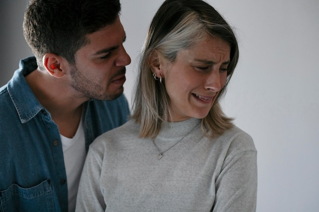 Esposa e marido brigando