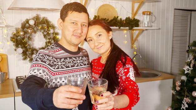 Esposa e marido com taças de champanhe parabenizam