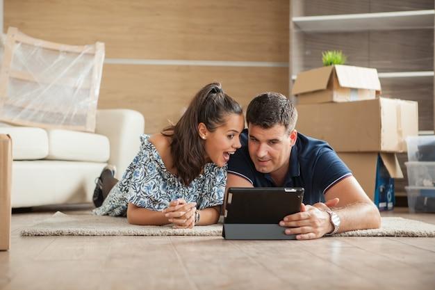 Esposa e marido cuidando de coisas para comprar para o novo apartamento