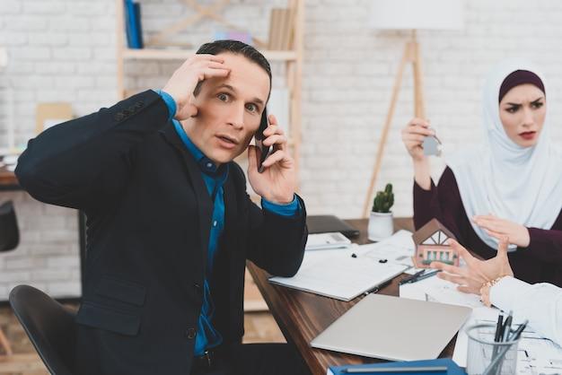 Esposa e marido discussão business advisor cansado.