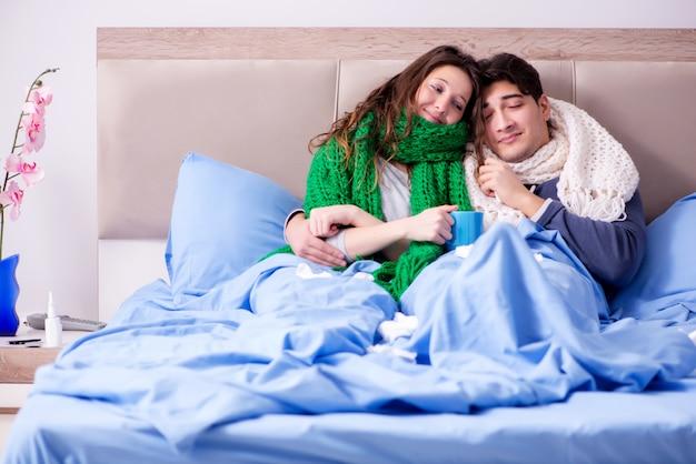 Esposa e marido doentes na cama em casa