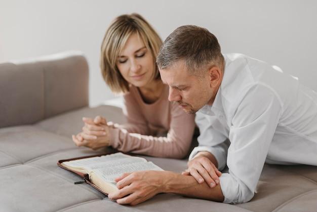 Esposa e marido estudando um livro sagrado