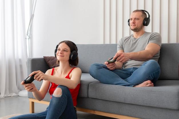 Esposa e marido jogando videogame juntos em casa