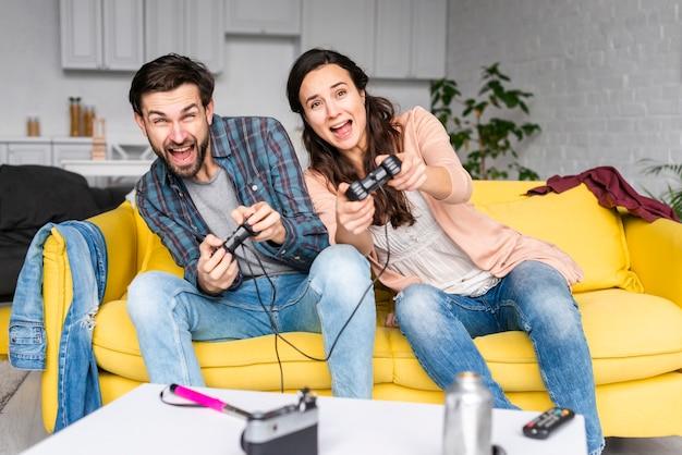 Esposa e marido jogando videogame
