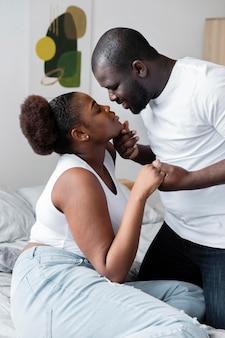 Esposa e marido lindos se divertindo