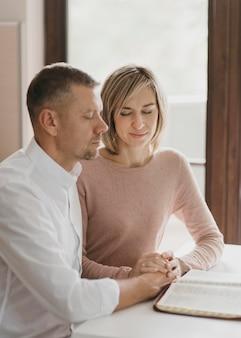 Esposa e marido orando juntos