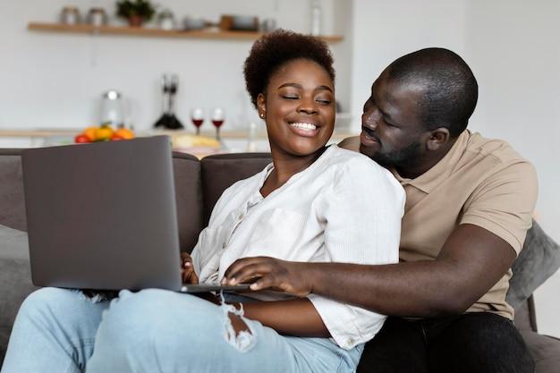 Esposa e marido passando algum tempo de qualidade juntos em casa