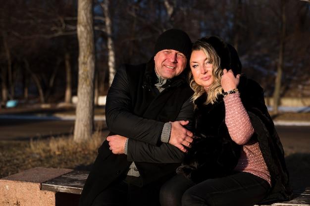Esposa e marido sênior ao ar livre