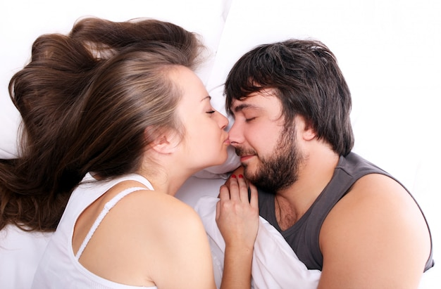 Esposa está beijando o marido no nariz
