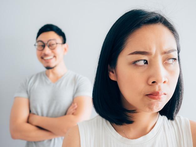 Esposa irritada e engraçado marido complicado.