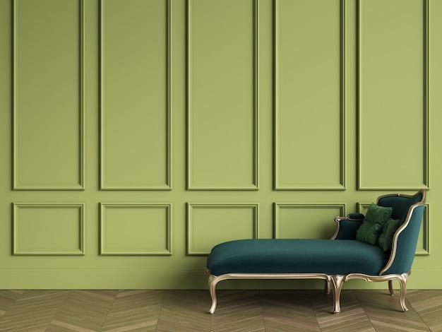 Espreguiçadeira clássica na cor verde esmeralda e ouro no interior clássico com espaço de cópia