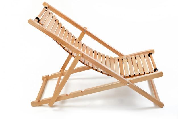 Espreguiçadeira de cadeira de madeira na parede branca
