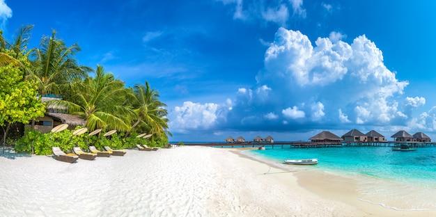 Espreguiçadeira de madeira nas maldivas