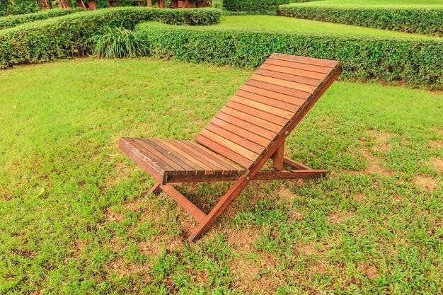 Espreguiçadeira de madeira no quintal do jardim