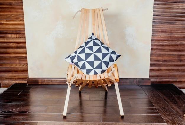 Espreguiçadeira dobrável de madeira moderna com travesseiro