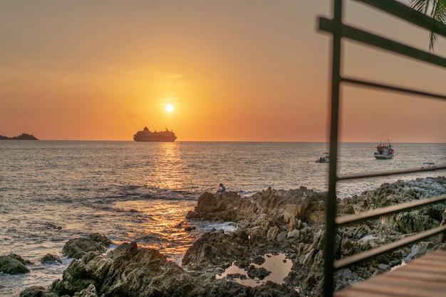 Espreguiçadeira na praia com belo pôr do sol no oceano com barco