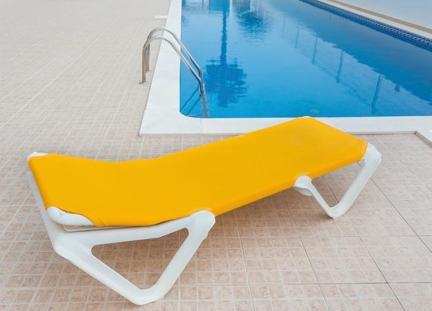 Espreguiçadeira para relaxar na piscina. para turistas.