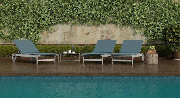Espreguiçadeiras à beira da piscina com piso de madeira e uma parede velha com trepadeiras. renderização 3d