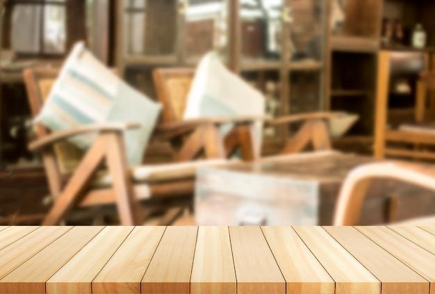 Espreguiçadeiras a imagem é turva. mesa vazia de tábua de madeira na frente do fundo desfocado.