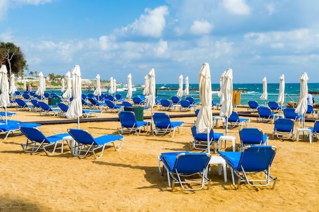 Espreguiçadeiras azuis na praia