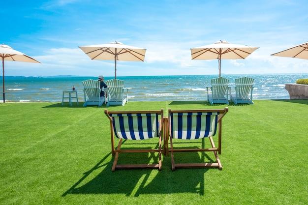 Espreguiçadeiras com guarda-sol em uma praia