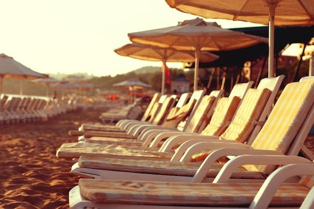 Espreguiçadeiras e espreguiçadeiras gratuitas na praia. foto brilhante suave