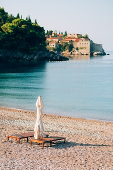 Espreguiçadeiras e guarda-sóis nas praias montenegrinas