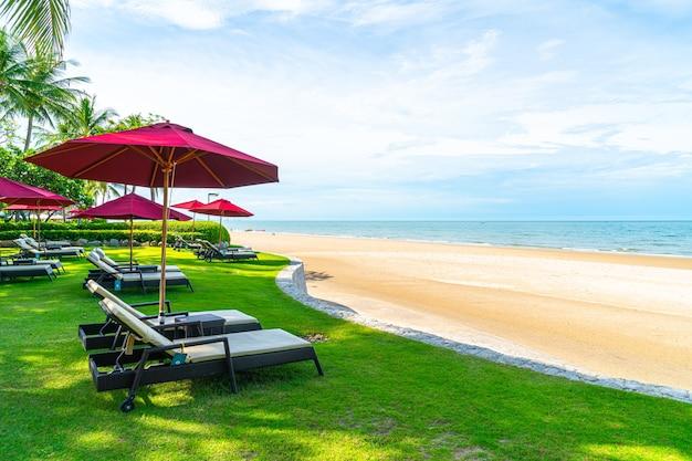 Espreguiçadeiras e guarda-sol na praia