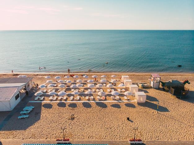 Espreguiçadeiras na praia de miami vista aérea do verão