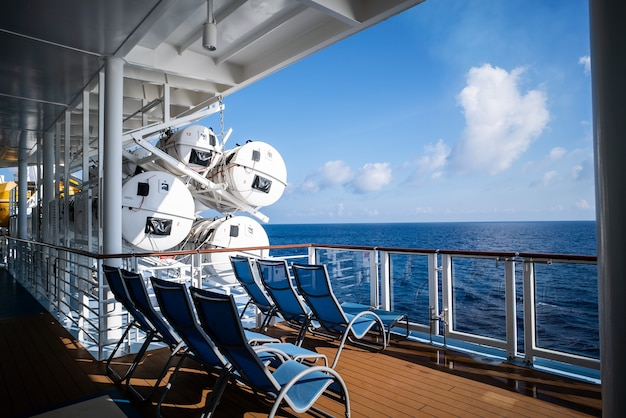 Espreguiçadeiras no convés do navio de cruzeiro