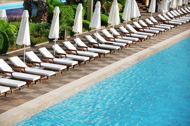 Espreguiçadeiras perto da piscina