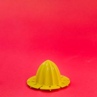 Espremedor de laranja com fundo de cor
