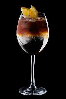 Espresso e tônico cocktail em copo de vinho isolado