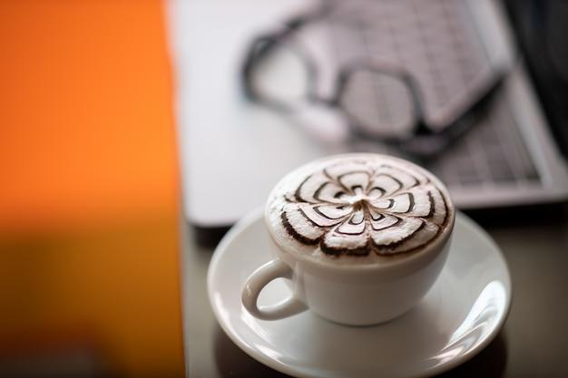 Espresso, quente na taça, colocado sobre a mesa