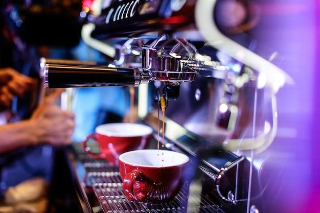 Espresso tiro da máquina de café na cafeteria, cafeteira na cafeteria