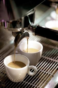 Espresso tiro da máquina de café na cafeteria