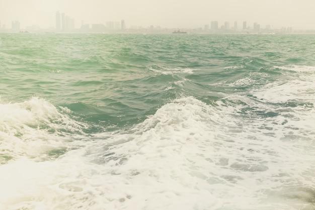 Espuma da onda do mar com névoa no estilo da cor do vintage.