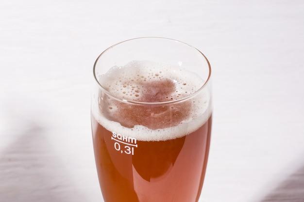 Espuma de cerveja em vidro, cerveja artesanal caseira de malte light