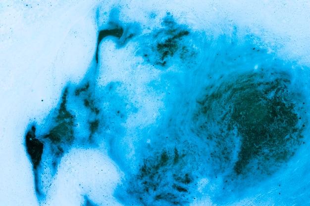 Espuma no líquido azul