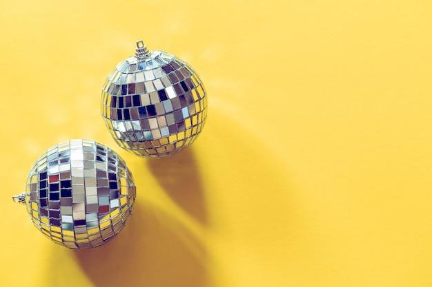 Espumante bola de discoteca em uma luz do dia. conceito de festa.