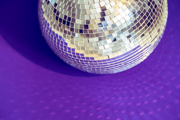 Espumante bola de discoteca em uma luz do dia. de festa.