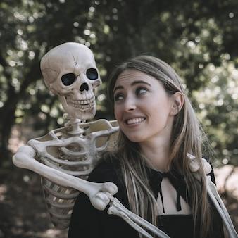 Esqueleto, abraçando, atrás de, senhora