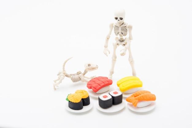 Esqueleto, cachorro e comida, gostam de comer até a morte com comida japonesa.